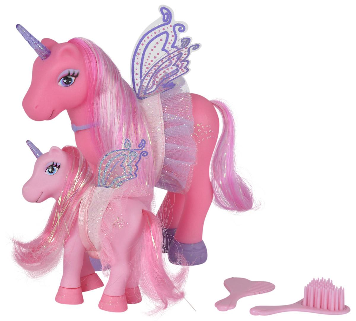 Simba Набор фигурок Сказочные пони-феи цвет розовый 2 шт5945234_розовый/светло-розовыйНабор фигурок Simba Сказочные пони-феи понравится любой малышке, особенно если она любит играть с единорогами. В набор входят две фигурки единорогов фей - сказочный единорог мама и ее детеныш. Единороги имеют крылья, а также длинные шелковистые гривы, которые можно расчесывать, создавая разнообразные прически. В комплект входят 2 расчески. На пони надеты стильные накидки с оборками.