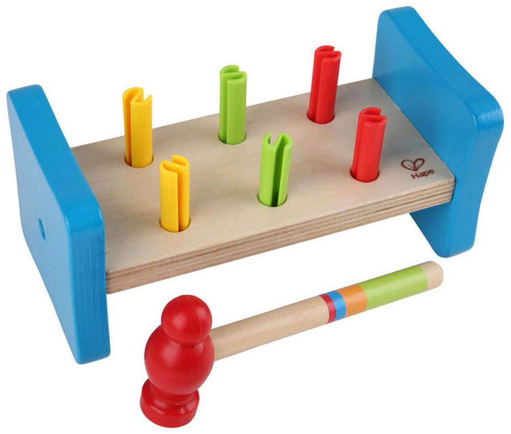 Hape Развивающая игрушка ГвоздикиЕ0503Развивающая игрушка Hape Гвоздики представляет собой деревянную дощечку с отверстиями, в которые вставлены разноцветные гвоздики. С помощью молотка, входящего в комплект, ребенок может забить все гвоздики, затем перевернуть дощечку и продолжить это увлекательное занятие. Яркая игрушка Деревянные молоточки поможет ребенку в развитии пространственного мышления, цветовосприятия, ловкости и координации движений, а также научит различать фигуры.