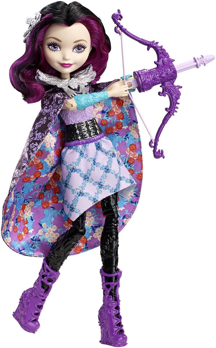 Ever After High Кукла Волшебная лучница Рэйвен КвинDVJ21Помогите Рэйвен Квин отправить стрелу в полет! Дочь злой королевы из Белоснежки одета в наряд для вечеринки любимых цветов: фиолетовый верх украшен узором, а фиолетовая юбка - цветочным узором. Длинная черная верхняя юбка привлекает внимание богатым фиолетовым узором из цветов. Снимите ее и накиньте как плащ, чтобы создать идеальный образ для урока стрельбы. Вложите лук со стрелой в левую руку куклы, поставьте пальцы ее правой руки в специальное отделение на нижней части лука. Нажмите кнопку на спине, и стрела полетит в воздух. В набор входят три стрелы.