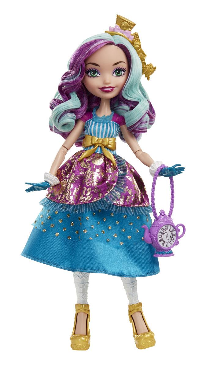 Ever After High Кукла Отважная принцесса Мэдлин ХэттерDVJ17_DVJ19Кукла Ever After High Отважная принцесса Мэдлин Хэттер - героиня любимого мультфильма, красивая леди со своей изумительной историей, которая понравится каждой фанатке сериала. Мэдлин всеми воспринимается как сумасшедшая, однако она просто очень открыта и желает познать мир. Она любимая дочка Безумного Шляпника и мечтает открыть свою лавку шляп и собирать всех своих близких подруг и друзей на чаепитие. Мэдлин весела и очень позитивна. Она всегда рада подбодрить и поддержать друзей, а значит, станет хорошей подругой девочке. Бальное платье куклы с многослойной юбкой и сияющим акцентом легко превращается в повседневный наряд. А детское кольцо, которое входит в набор, поможет превратить сказку в реальность. У куклы есть нарядные туфли, ободок, сумочка и ожерелье. Мэдлин Хэттер держит на руках свою мышку. Красивые голубые глаза и длинные рисованные ресницы делают Мэдлин просто очаровательной. Все эти достоинства куклы девочка сможет оценить сама, также как и придумать продолжение...