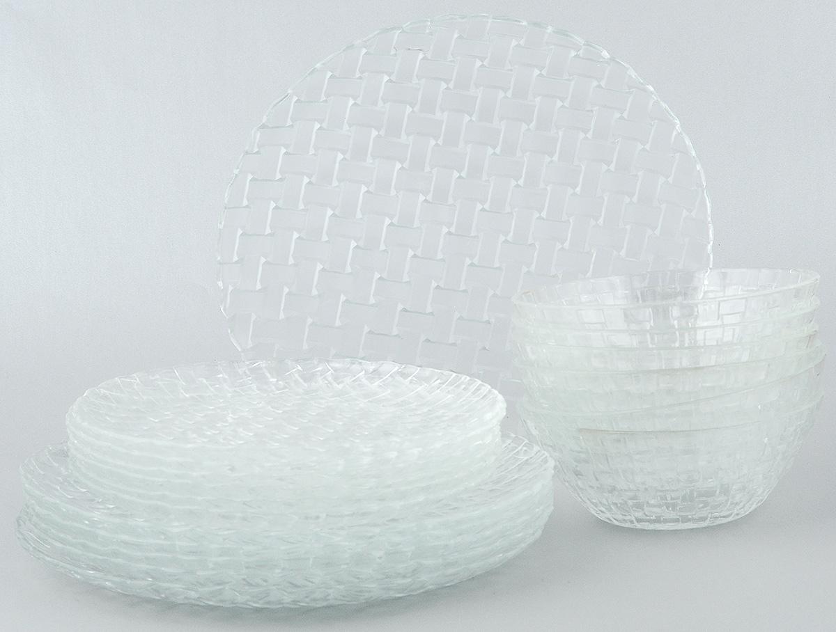 Набор столовой посуды Wellberg Bottega, 18 предметов50460WBНабор столовой посуды Wellberg Bottega - это не только полезный подарок для родных и близких, а также великолепное дизайнерское решение для вашей кухни или столовой. Набор состоит из шести обеденных тарелок, шести десертных тарелок и шести салатников. Внешняя сторона изделий оформлена рельефной поверхностью под плетение. Можно мыть в посудомоечной машине и использовать в микроволновой печи. Диаметр обеденной тарелки (по верхнему краю): 25 см. Высота обеденной тарелки: 1,7 см. Диаметр десертной тарелки (по верхнему краю): 20,5 см. Высота десертной тарелки: 1,5 см. Диаметр салатника (по верхнему краю): 15 см. Высота салатника: 5,5 см.