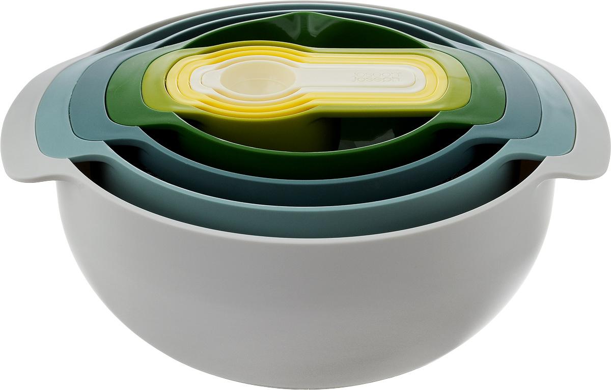 Набор кухонных принадлежнотей Joseph Joseph Nest, 9 предметов40076Набор Joseph Joseph Nest, выполненный из высококачественного пищевого пластика, состоит из 9 предметов: - большая круглая миска, идеальна для перемешивания и сервировки салата, - дуршлаг с ножками, - сито из нержавеющей стали с ободком по верхнему краю из пластика, - миска с носиком для удобного слива жидкостей и мерной шкалой в жидких унциях и миллилитрах, - 5 мерных ложек разного объема. Миски оснащены прорезиненным основанием, что обеспечит устойчивость, а, следовательно, комфорт во время приготовления пищи. Предметы снабжены ручками. Предметы складываются друг в друга, не занимая много места в вашем кухонном шкафу. Набор Joseph Joseph Nest станет незаменимым помощником в приготовлении пищи, а современный стильный дизайн позволит такому набору занять достойное место на вашей кухне, добавив интерьеру оригинальности. Можно мыть в посудомоечной машине. Не использовать в микроволновой печи. Диаметр мисок по...