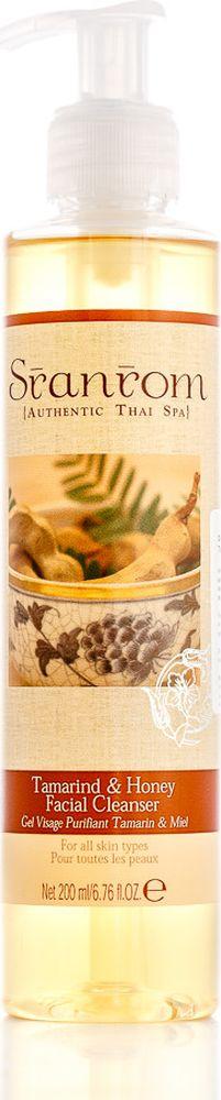 Sranrom Очищающий гель для лица Тамаринд и Мед 200 мл102-5002Древние тайские рецепты ухода за вашей кожей Гладкая чистая кожа — это неотъемлемая часть женской красоты, и поэтому уходу за ней стоит уделить особое внимание. Испокон веков тайки использовали тамаринд как освежающее и осветляющее средство для кожи. Это растение содержит большое количество альфа-оксикислот, благодаря чему оно отлично справляется с отшелушиванием ороговевших частиц. Мы предлагаем вашему вниманию очищающий гель для лица, в котором природные свойства тамаринда объединились со следующими ингредиентами: • экстрактом хлебного дерева, солодки, тамаринда, махаада; • медом; • тертыми кукурузными зернами; • натуральными волокнами люфы. 99% составляющих представленной косметики — полностью натуральны. Они прекрасно воздействуют на кожу, способствуя отслаиванию мертвых клеток, а также увлажнению и защите новых. Это мягкое средство подходит для любого типа кожи. Применяйте его дважды в день. Нанеся небольшое количество геля на лицо, слегка помассируйте его, а затем смойте...