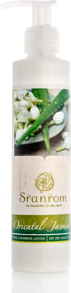 Sranrom Очищающий лосьон для лица Восточный Жасмин 200 мл103-5011Побалуйте себя свежестью жасмина Цветок жасмина символизирует чистоту и непорочность. Он является неотъемлемой частью религиозных празднований в Таиланде. Это растение также обладает удивительным смягчающим эффектом. Именно поэтому оно стало одной из составляющих нашего очищающего лосьона для лица. Среди прочих органических ингредиентов в этом косметическом средстве присутствуют: • экстракт алоэ-вера, зеленого чая, центеллы; • натуральные волокна люфы; • имбирь; • мать-и-мачеха; • витамин Е. Лосьону присущи прекрасные очищающие свойства. Он с легкостью удалит с лица пыль и следы косметики. Это средство имеет мягкую кремовую текстуру и оптимально подходит для всех типов кожи, особенно для сухой. Зима — лучшая пора для использования этого очищающего лосьона. Благодаря компонентам, входящим в его состав, он удержит в коже необходимое количество влаги и защитит ее от ветра и холода. Используйте лосьон утром и вечером, обильно нанося его на лицо. Немного помассируйте круговыми...