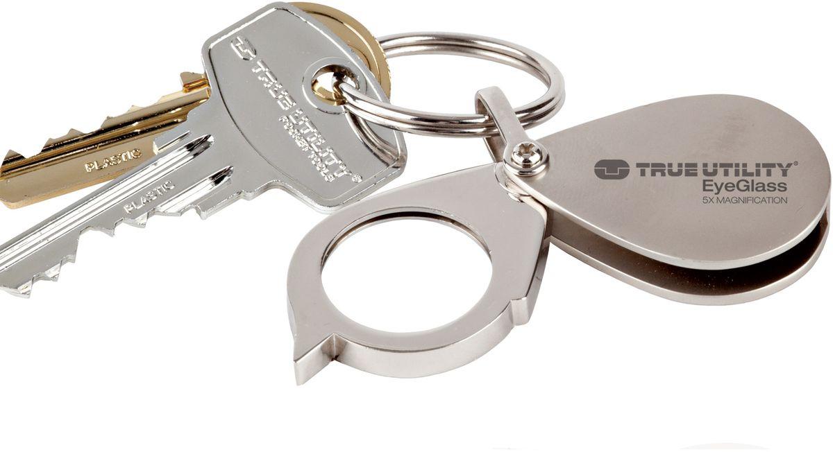 Брелок-лупа True Utility EyeGlassТU234Стеклянная линза пятикратным увеличением, в литой металлической оправе с возможностью подвески на связку ключей. Идеально подходит для чтения мелкого шрифта и всегда под рукой. Крепкий устойчивый к царапинам легированный корпус. Комплектуется кольцом для ключей.