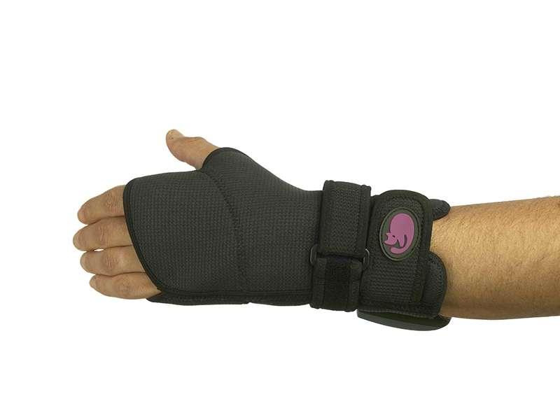 Бандаж c подогревом для запястья Pekatherm AE812AE812Бандаж с подогревом Pekatherm AE812 ускоряет выздоровление кисти руки и запястья, обеспечивает эффективное локальное применение тепла. Сделан из неопрена, который эластичен, крепок, приятен на ощупь и надёжно фиксирует область кисти и запястья. Бандаж Pekatherm – абсолютно безопасен в использовании, так как применяемый Li-Ion аккумулятор включает в себя микропроцессор который тестирует изделие при каждом включении и полностью контролирует работу бандажа, исключая возможность перегрева или некорректной работы. Кроме того, питание от аккумулятора не ограничивает Вас в свободе передвижения, а 90 минут автономной работы более чем достаточно для неоднократного применения бандажа на запястье от одного цикла зарядки. Эксклюзивная разработка компании – функция сверхбыстрого нагрева UltraFast, которая позволяет достигать максимальной температуры в 2 раза быстрее, а тепло Вы почувствуете уже через 30 секунд после включения бандажа Pekatherm. Pekatherm AE812 обладает универсальным анатомическим...