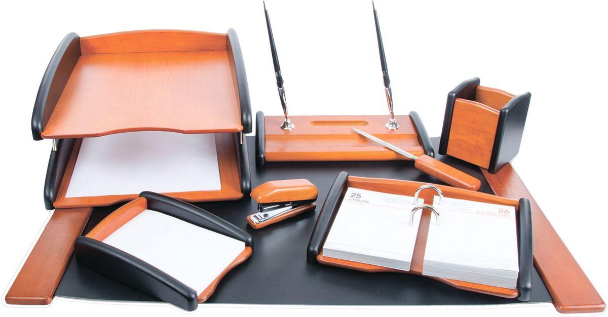 Delucci Канцелярский набор 8 предметов цвет черное деревоMBn_08208Классический стиль помогает аксессуарам с легкостью вписываться в любой интерьер, дополняя и обогащая его. Набор Delucci из натурального дерева придаст завершённый вид рабочему месту любого руководителя или сотрудника. В него входят: подкладка для письма, подставка для ручек, подставка для бумажного блока, подставка для карандашей, степлер, нож для открывания писем, подставка для календаря, двухуровневый лоток для бумаг.