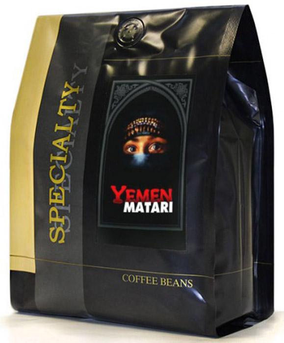 Блюз Йемен Мока Матари кофе в зернах, 500 г4600696460025Лучший из йеменских сортов кофе, собираемый в северной части Йемена в районе Матари вблизи города Сана на высоте 1000-2000 м. Это первый сорт кофе, завезенный в Россию. Именно его пили российские и европейские монархи. Отсюда происходит и его второе название - Кофе Лордов. Вкус насыщенный, острый с шоколадным привкусом, аромат - тонкий, винно-фруктовый, с дымными оттенками. Уникальная, чуть заметная кислинка придает напитку мягкий и пикантный вкус. Сказочные богатства Йемена всегда основывались на выгодной торговле самым большим богатством древности - кофе, специями и благовониями. И поныне перехватывает дыхание от пряных ароматов йеменских базаров. И хотя караванные пути давно уже занесены песком, перенестись во времена Царя Соломона - так же просто, как выпить чашку крепчайшего Йеменского кофе (название популярного сорта Мока происходит от искаженного европейцами названия (англ. Mocha) крупнейшего центра торговли кофе - порта Аль-Маха).
