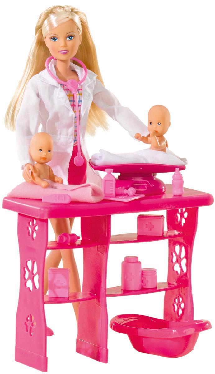 Simba Игровой набор с куклой Штеффи детский доктор5732608Кукла Simba Штеффи детский доктор надолго займет внимание вашей малышки и подарит ей множество счастливых мгновений. Кукла изготовлена из пластика, ее голова, ручки и ножки подвижны, что позволяет придавать ей разнообразные позы. У малышей подвижные ручки, ножки и голова. Теперь Штеффи - настоящий педиатр и открыла собственный врачебный кабинет. Тут же появились и первые пациенты - два очаровательных малыша-пупса. Штеффи нужно взвесить малышей, покормить, искупать, послушать дыхание, дать при необходимости лекарства. В комплекте с куклой имеются два пупса, медицинский столик и лампа, ванночка, весы, 10 аксессуаров для врачебного кабинета. Кукла одета в платье и белый халатик. Наряд дополняют розовые башмачки, белая сумка и стетоскоп. Благодаря играм с куклой ваша малышка сможет развить фантазию и любознательность, овладеть навыками общения и научиться ответственности, а дополнительные аксессуары сделают игру еще увлекательнее. Порадуйте свою принцессу таким...