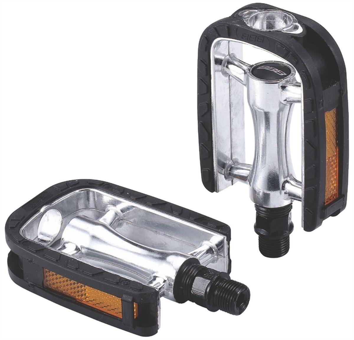 Педали BBB Trekking EasyRider II New Model, цвет: серебристый, 2 штBPD-24Высокопрочные педали из алюминия с нескользящим резиновым покрытием. Прочная ось из хроммолибденовой стали. Встроенные светоотражатели для лучшей видимости в темноте.