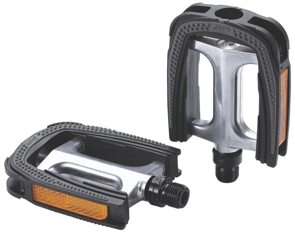 Педали BBB Trekking ComfortLight II, цвет: черный, желтый, стальной, 2 штBPD-28Высокопрочные цельные педали BBB Trekking ComfortLight II выполнены из холоднокованного алюминия с надежной композитной рамкой. Оснащены встроенными светоотражателями для безопасности. Прочная ось выполнена из молибден-ванадиевой стали. Противоскользящее резиновое покрытие сверху и снизу обеспечивает удобство.