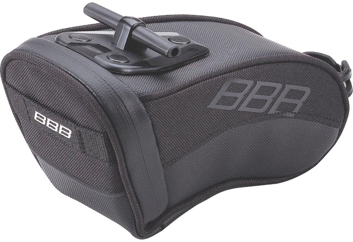 Велосумка под седло BBB CurvePack, цвет: черный. Размер LBSB-13LВысокотехнологичная подседельная сумка особой формы для оптимального и наиболее естественного расположения под седлом. Синяя подкладка для лучшей видимости содержимого. Молния с фиксатором для дополнительной безопасности и абсолютно бесшумная при езде. Крепление для заднего габарита-LED фонарика. Черная светоотражающая полоска для лучшей видимости. Т-образная система крепления для быстрой установки и снятия. Резиновый ремешок крепления к подседельному штырю для надёжной фиксации сумочки и во избежание повреждений лайкровых шорт и подседельного штыря. (690см3)