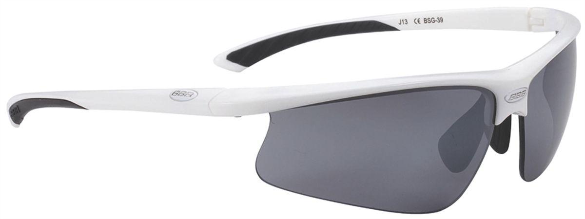 Очки солнцезащитные BBB Winner PC Smoke Flash Mirror Lens Black Tips, цвет: белыйBSG-39Спортивные очки со сменными поликарбонатными линзами. Форма линз обеспечивает защиту от солнца, пыли и ветра. 100% защита от ультрафиолета. Высокотехнологичная оправа из материала Grilamid с настраиваемой резиновой переносицей. Мягкие кончики дужек для жёсткой посадки и комфорта одновременно. Мешочек для хранения в комплекте. В комплекте сменные линзы: жёлтая и прозрачная.