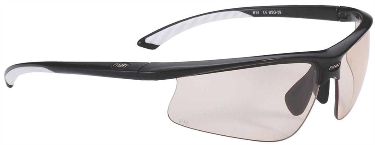 Очки солнцезащитные BBB Winner PH PC Photochromic Lens White Tips, цвет: черныйBSG-39Спортивные очки со сменными фотохромными линзами. Эти линзы имеют светопропускание 85-17%. Чем ярче свет, тем темнее линзы становится автоматически. Одна линза дает 1, 2 и 3 уровня защиты глаз. Поликарбонат фотохромные линзы, 100% защита от ультрафиолетовых лучей. Форма линзы дает защиту от солнечного света, пыли и ветра. Прочная оправа из Grilamid с регулируемой резиновой носовой частью. Мягкий резиновые окончания дужек для комфортного ношения. Поставляется с чехлом.