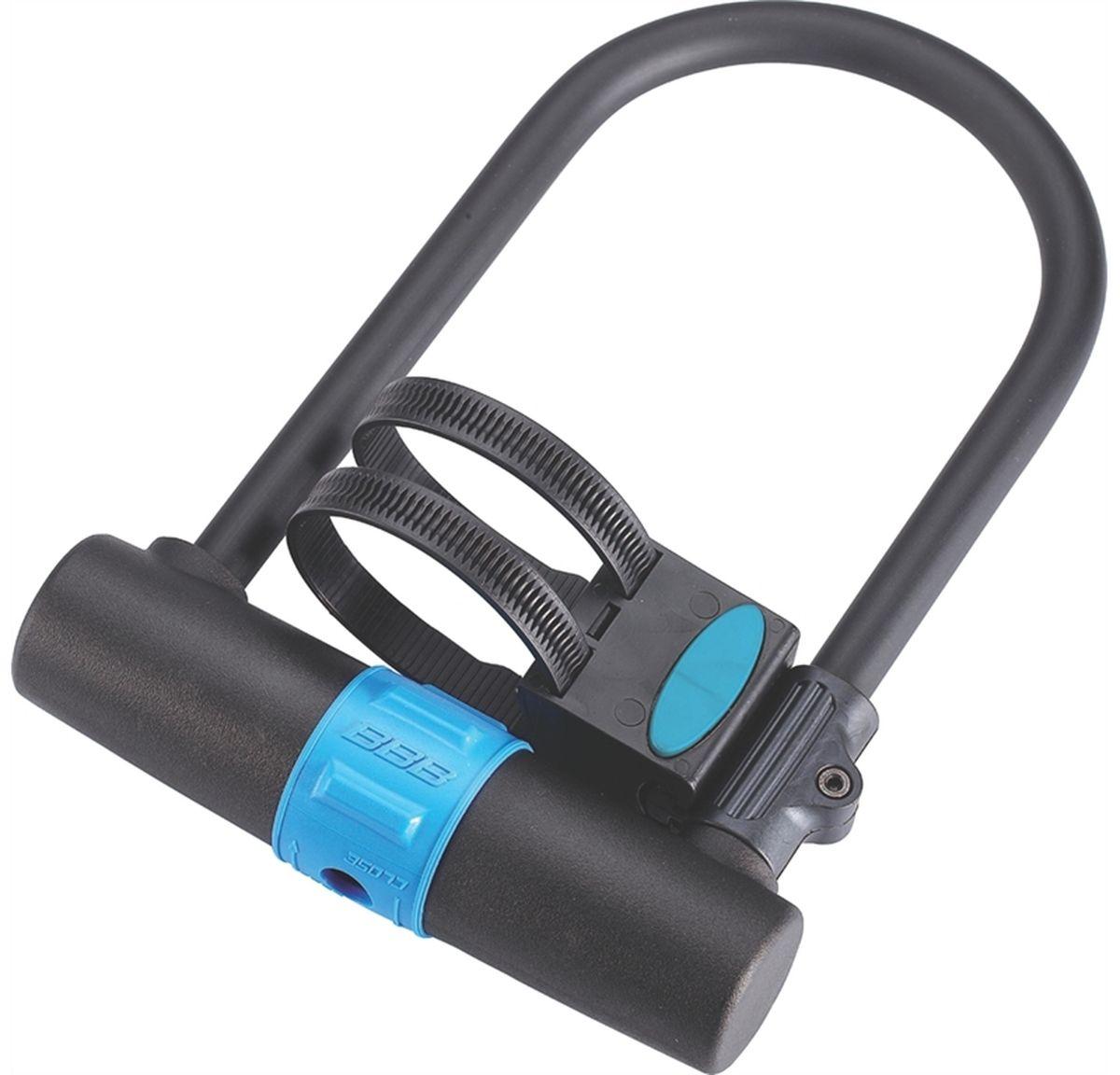 Замок велосипедный BBB U-Vault Plus Brasket, ключевой, 25 x 17 смBBL-28Толстая цепь повышенной прочности для максимальной защиты. Замок из упрочнённой стали с надёжной регулируемой скобой и двумя нумерованными ключами в комплекте. Оплётка из ПВХ защищает раму велосипеда от сколов и царапин. Защищён от попадания грязи и мусора в замочную скважину. Размеры замка: 250мм х 170мм.