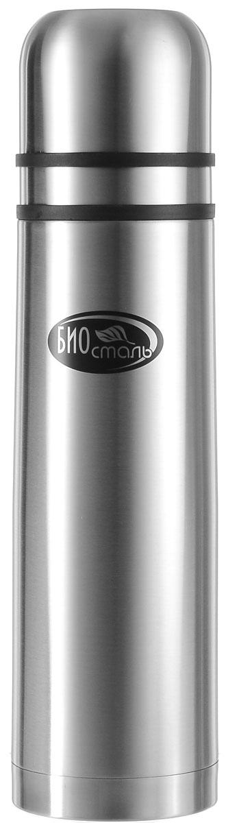 Термос Biostal, с 2 чашками, цвет: серебряный, 1 лNB-1000K2Универсальный пищевой термос Biostal, изготовленный из высококачественной нержавеющей стали 18/8, относится к классической серии. Термосы этой серии, являющейся лидером продаж, просты в использовании, экономичны и многофункциональны. Универсальный термос выполняет функции термоса для еды (первого или второго) и термоса для напитков (кофе, чая). Это достигается благодаря специальной универсальной пробке, которая изготовлена из прочного пластика, легко разбирается для мытья и, обладая дополнительной теплоизоляцией, позволяет термосу дольше хранить тепло. Конструкция пробки позволяет использовать термос как для напитков, так и для первых и вторых блюд. Изделие оснащено двумя крышками-чашками. Легкий и прочный термос Biostal сохранит ваши напитки и продукты горячими или холодными надолго. Высота термоса (с учетом крышки): 33 см. Диаметр горлышка: 8,5 см.