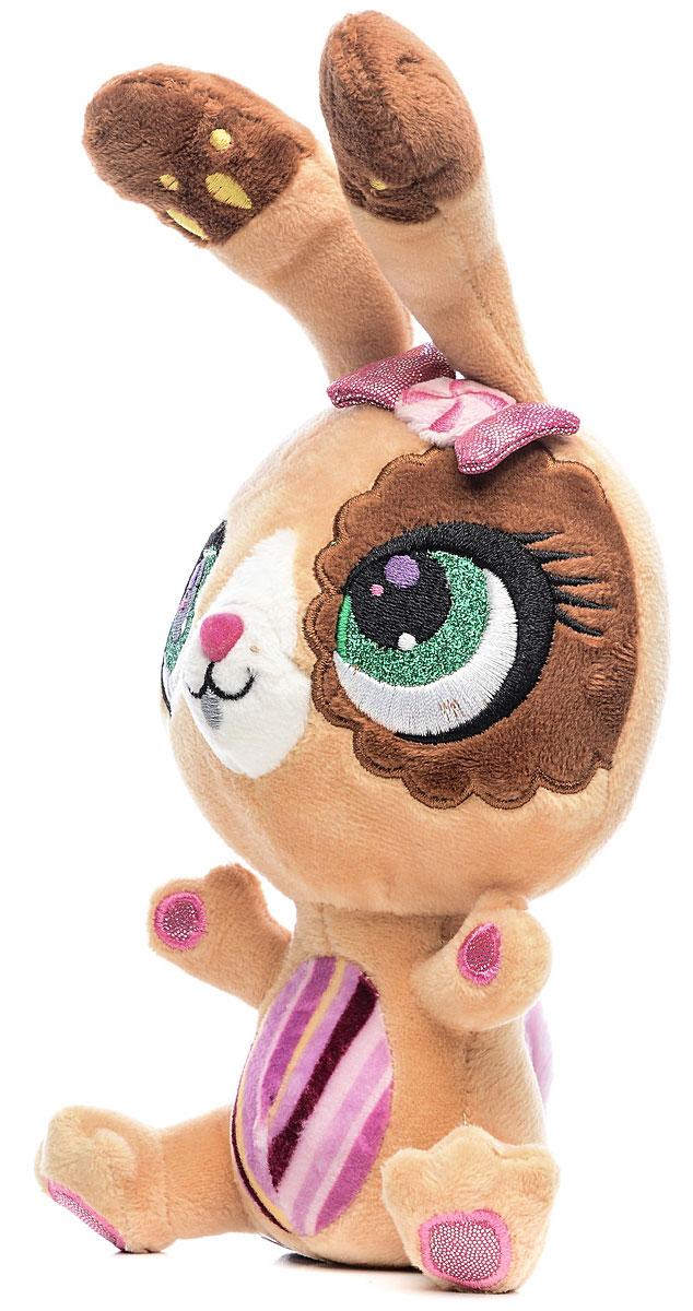Мульти-Пульти Мягкая озвученная игрушка Littlest Pet Shop Кролик 17 смV27910/17Мягкая озвученная игрушка Littlest Pet Shop. Кролик станет отличным подарком для вашей девочки! У кролика такой трогательный вид, что его так и хочется пожалеть, позаботиться о нем и погладить! Кролик произносит слова на русском языке и поет песенку. Его мордочка полностью вышита, включая глазки. Голову кролика украшает блестящий розовый бантик. Лапки его разведены в стороны, словно он желает объятий. Благодаря небольшому размеру кролика, ваша малышка сможет брать его с собой повсюду. Работает игрушка от незаменяемых батареек.