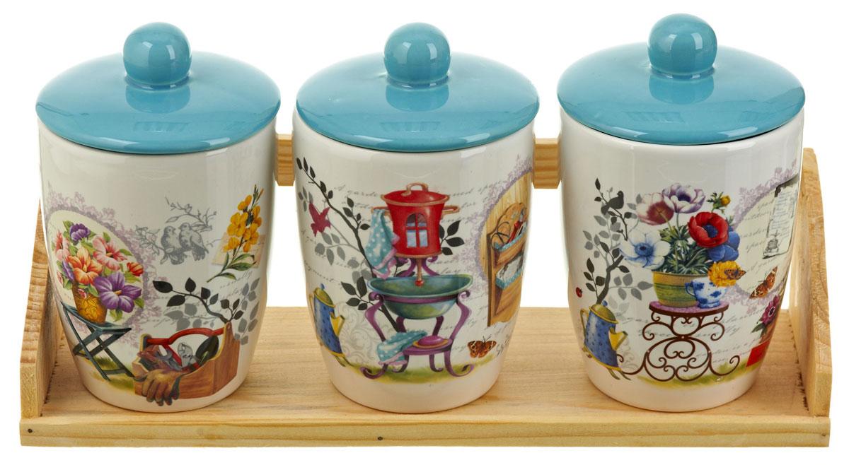 Набор банок для сыпучих продуктов Nouvelle De France Сад, 4 предмета. 06600640660064Набор состоит из трех банок для сыпучих продуктов и деревянной подставки. Изделия выполнены из прочной доломитовой керамики высокого качества. Гладкая и ровная глазурованная поверхность обеспечивает легкую очистку. Изделия декорированы красочным рисунком. Такие банки прекрасно подойдут для хранения различных сыпучих продуктов: специй, чая, кофе, сахара, круп и многого другого. Крышка плотно прилегает к стенкам емкости. Можно использовать в микроволновой печи, в холодильнике и посудомоечной машине.