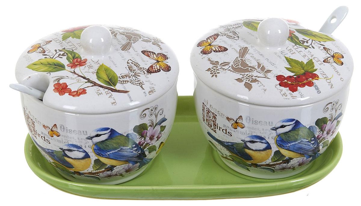 Набор банок для сыпучих продуктов Polystar Birds, с ложками, 5 предметов. l2430749L2430749Набор банок Polystar Birds выполнен из прочной доломитовой керамики высокого качества. Гладкая и ровная глазурованная поверхность обеспечивает легкую очистку. Изделия декорированы красочным рисунком. Банки прекрасно подойдут для хранения различных сыпучих продуктов: специй, чая, кофе, сахара, круп и многого другого. Крышка плотно прилегает к стенкам емкости. Можно использовать в микроволновой печи, в холодильнике и посудомоечной машине. В состав набора входят: две банки с крышками, две ложки и керамическая подставка. Диаметр каждой банки - 10 см, высота - 10,5 см. Длина ложки - 12,5 см. Размер подставки - 21 x 11 x 11.5 см.