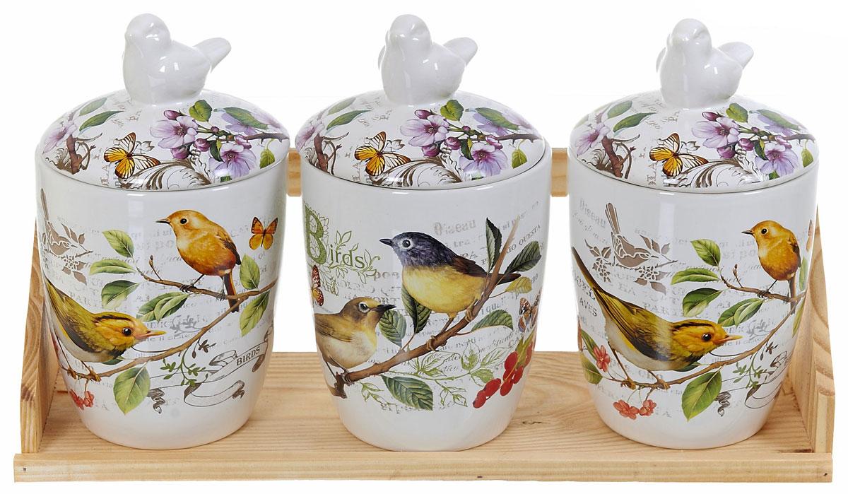 Набор банок для сыпучих продуктов Polystar Birds, 4 предмета. L2430758L2430758Набор состоит из трех банок для сыпучих продуктов и деревянной подставки. Изделия выполнены из прочной доломитовой керамики высокого качества. Гладкая и ровная глазурованная поверхность обеспечивает легкую очистку. Изделия декорированы красочным рисунком. Такие банки прекрасно подойдут для хранения различных сыпучих продуктов: специй, чая, кофе, сахара, круп и многого другого. Крышка плотно прилегает к стенкам емкости. Можно использовать в микроволновой печи, в холодильнике и посудомоечной машине.