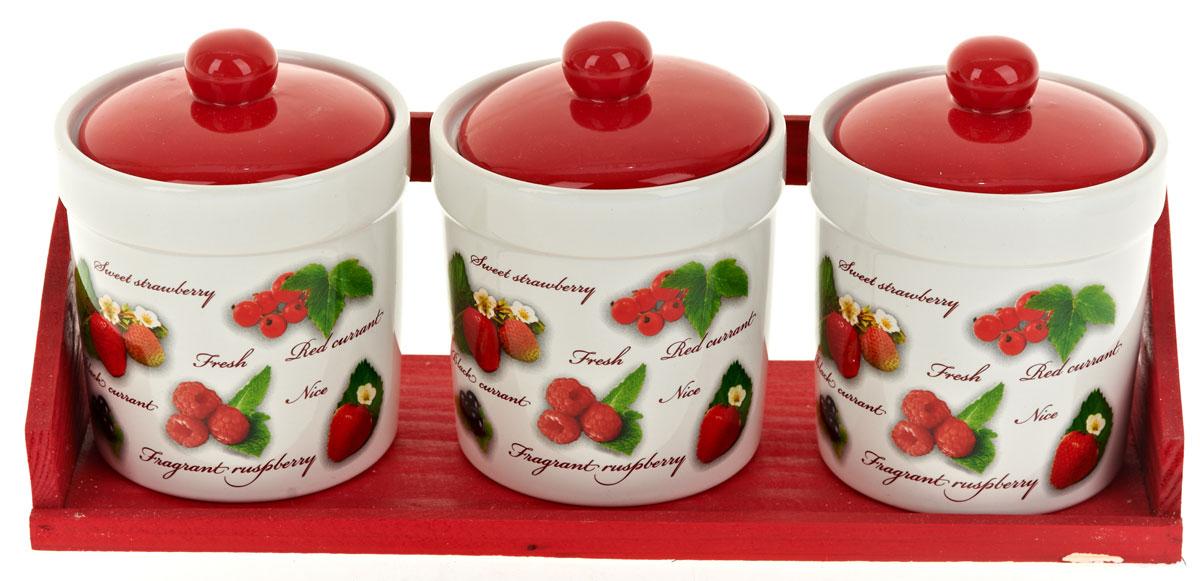 Набор банок для сыпучих продуктов Polystar Садовая ягода, 4 предмета. L2520279L2520279Набор состоит из трех банок для сыпучих продуктов и деревянной подставки. Изделия выполнены из прочной доломитовой керамики высокого качества. Гладкая и ровная глазурованная поверхность обеспечивает легкую очистку. Изделия декорированы красочным рисунком. Такие банки прекрасно подойдут для хранения различных сыпучих продуктов: специй, чая, кофе, сахара, круп и многого другого. Крышка плотно прилегает к стенкам емкости. Можно использовать в микроволновой печи, в холодильнике и посудомоечной машине.