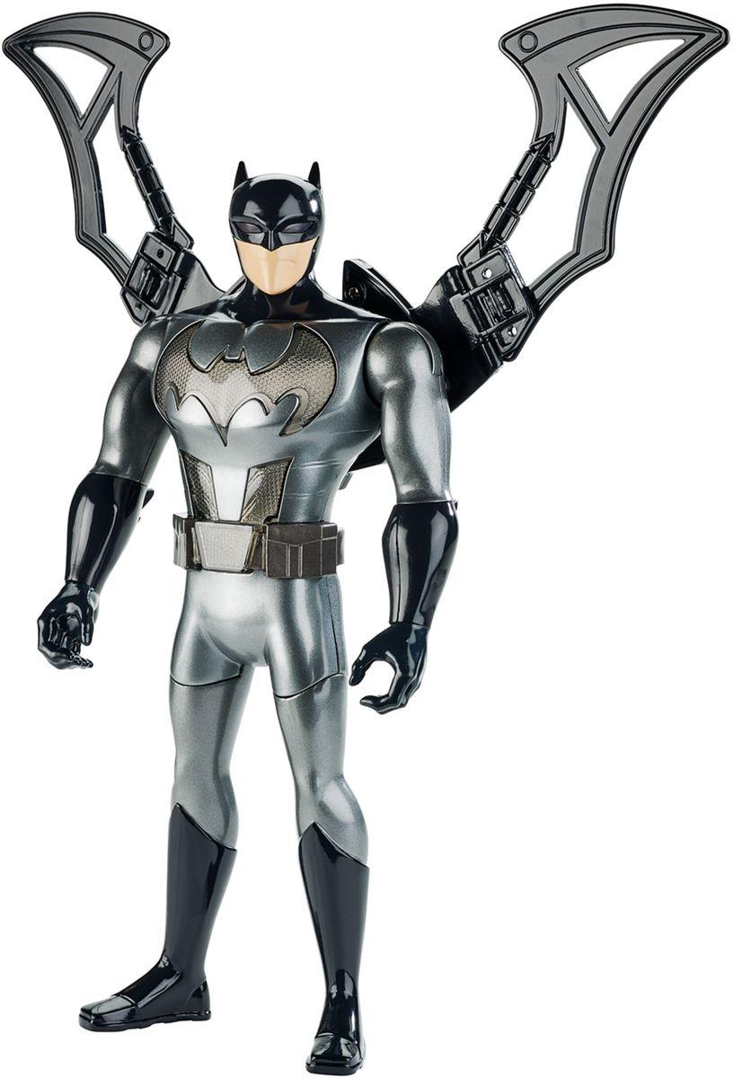 Batman Фигурка Лига Справедливости FFM04FFM04Защитите свой город вместе с удивительной 30-сантиметровой фигуркой Бэтмена из Justice League Action! Он одет в узнаваемый серо-черный костюм, дерется руками и ногами с семью точками артикуляции, умеет трансформироваться, а его плащ может превращаться в настоящие крылья! Нажмите на ноги фигурки, чтобы активировать плащ. Летучая мышь на груди подсвечивается светодиодами и издает знакомые любому фанату Бэтмена звуки. Работает от плоской батарейки типа AG13 (LR44), которая входит в комплект.