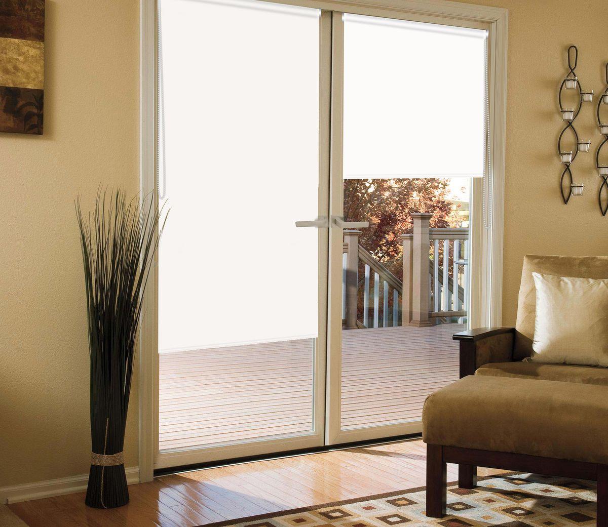 Штора рулонная для балконной двери Эскар Миниролло. Blackout, светоотражающая, цвет: белый, ширина 52 см, высота 215 см39008052215Рулонная светоотражающая штора Эскар Миниролло. Blackout выполнена из высокопрочной ткани, не пропускающей солнечный свет. Такие шторы изготовляются из полностью светонепроницаемого материала blackout. Это свойство обеспечивается структурой ткани и специальными вплетенными нитями, удерживающими проникновение света. - Используются в кинотеатрах, фотолабораториях, детских комнатах и других помещениях, где необходимо абсолютное затемнение; - Удобны в уходе и эксплуатации. Миниролло - это подвид рулонных штор, который закрывает не весь оконный проем, а непосредственно само стекло. Такие шторы крепятся на раму без сверления при помощи зажимов или клейкой двухсторонней ленты. Окно остается на гарантии, благодаря монтажу без сверления.
