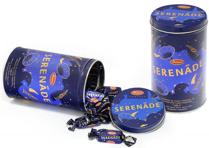 Laima Серенада Набор шоколадных конфет в железной банке, 450 гP110509220Настоящие ценности неподвластны времени. Из поколения в поколение конфеты Serenade остаются одним из самых любимых лакомств, серенада вкусовых нюансов которого создается теми же ингредиентами, что использовались при изготовлении этого изделия в 1937 году – фруктовым желе, абрикосами, орехами… и небольшой порцией магии, известной лишь подлинным мастерам. Рассказывают, что в начале прошлого века на фабрике Laima работал некий молодой и талантливый кондитер. Случилось так, что он не на шутку влюбился, и, чтобы выразить свои чувства к возлюбленной, создал сладкий шедевр под названием Серенада. Рецепт влюбленного кондитера продолжает оставаться эксклюзивной собственностью предприятия Laima и храниться в секрете (многие сорта конфет производились и другими предприятиями Советского Союза). Уважаемые клиенты! Обращаем ваше внимание, что полный перечень состава продукта представлен на дополнительном изображении.