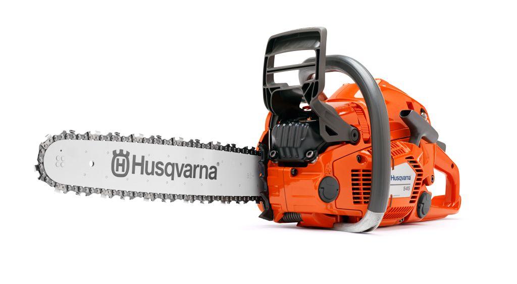 Бензопила Husqvarna 5459666485-15Бензопила Husqvarna (Хускварна) 545 15 разработана для нужд профессионалов и требовательных частных пользователей. Пила цепная Husqvarna 545 имеет долговечную конструкцию и высокие эксплуатационные и мощностные характеристики. Благодаря инновационному двигателю с технологией X-Torq уменьшены потребление топлива и содержание вредных веществ в выхлопе, а также увеличен крутящий момент в широком диапазоне частот (по сравнению с двухтактным двигателем стандартной конструкции). Система автоматической регулировки карбюратора AutoTune обеспечивает работу пилы на оптимальном режиме независимо от типа применяемого топлива, степени загрязненности воздушного фильтра, при различных температуре и влажности окружающей среды.