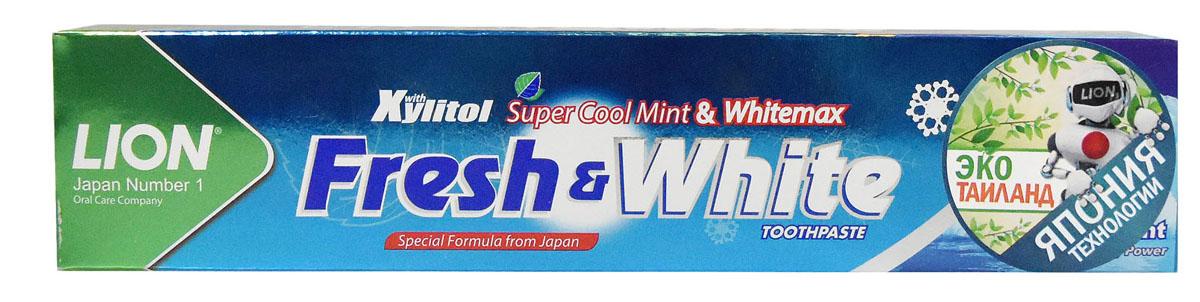 LionThailand Fresh & White Паста зубная отбеливающая супер прохладная мята, 160 гр806047Отбеливающая зубная паста Fresh & White разработана по особой японской формуле, которая обеспечивает комплексную защиту и уход за полостью рта за счет действия трех главных компонентов – фтора, карбоната кальция и витамина Е. Паста эффективно удаляет зубной налет, за короткий срок возвращая зубам естественную белизну. Кальций эффективно укрепляет зубную эмаль, витамин Е заботится о деснах. Двойной фтор активно защитит зубы от кариеса и укрепляет прикорневую зону. Зубная паста превращается в микропену, которая легко проникает между зубами, делая чистку более эффективной. Обладает насыщенным мятным вкусом и ароматом. Способ применения: для ежедневного использования 2 раза в день или после еды. Меры предосторожности: хранить в недоступном для детей месте. Рекомендуется для детей старше 6 лет. Способ хранения: хранить в прохладном сухом месте. Состав: карбонат кальция, вода, сорбитол, гидратированный диоксид кремния, пропиленгликоль, лаурилсульфат натрия, целлюлозная камедь,...