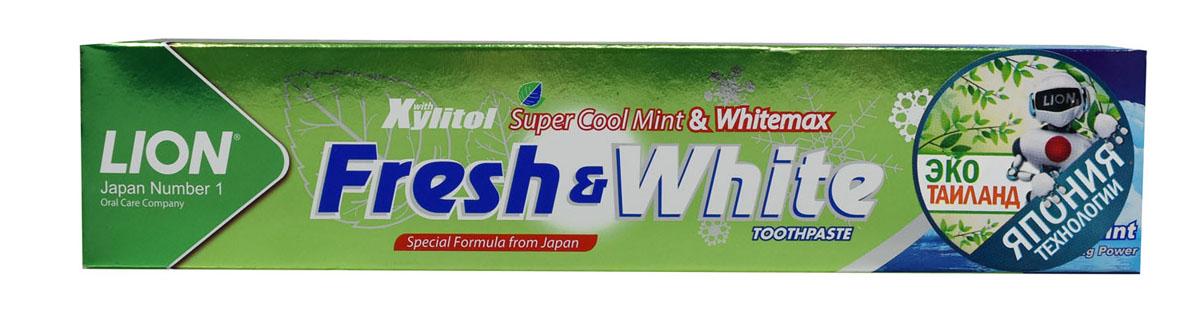 LionThailand Fresh & White Паста зубная для защиты от кариеса прохладная мята, 160 гр806085Зубная паста Fresh & White разработана по особой японской формуле, которая обеспечивает комплексный уход за полостью рта и защищает зубы от кариеса. Главные действующие компоненты – двойной фтор, карбонат кальция и витамин Е. Кальций эффективно укрепляет зубную эмаль, витамин Е заботится о деснах. Двойной фтор активно защитит зубы от кариеса и укрепляет прикорневую зону. Зубная паста превращается в микропену, которая легко проникает между зубами, делая чистку на 15% более эффективной. Прекрасно и надолго освежает дыхание. Способ применения: для ежедневного использования 2 раза в день или после еды. Меры предосторожности: хранить в недоступном для детей месте. Рекомендуется для детей старше 6 лет. Способ хранения: хранить в прохладном сухом месте. Состав: карбонат кальция, вода, сорбитол, гидратированный диоксид кремния, пропиленгликоль, лаурилсульфат натрия, целлюлозная камедь, ароматизатор, ксилит, монофторфосфат натрия, сахарин натрия, силикат натрия, трикаприлин, метилпарабен,...