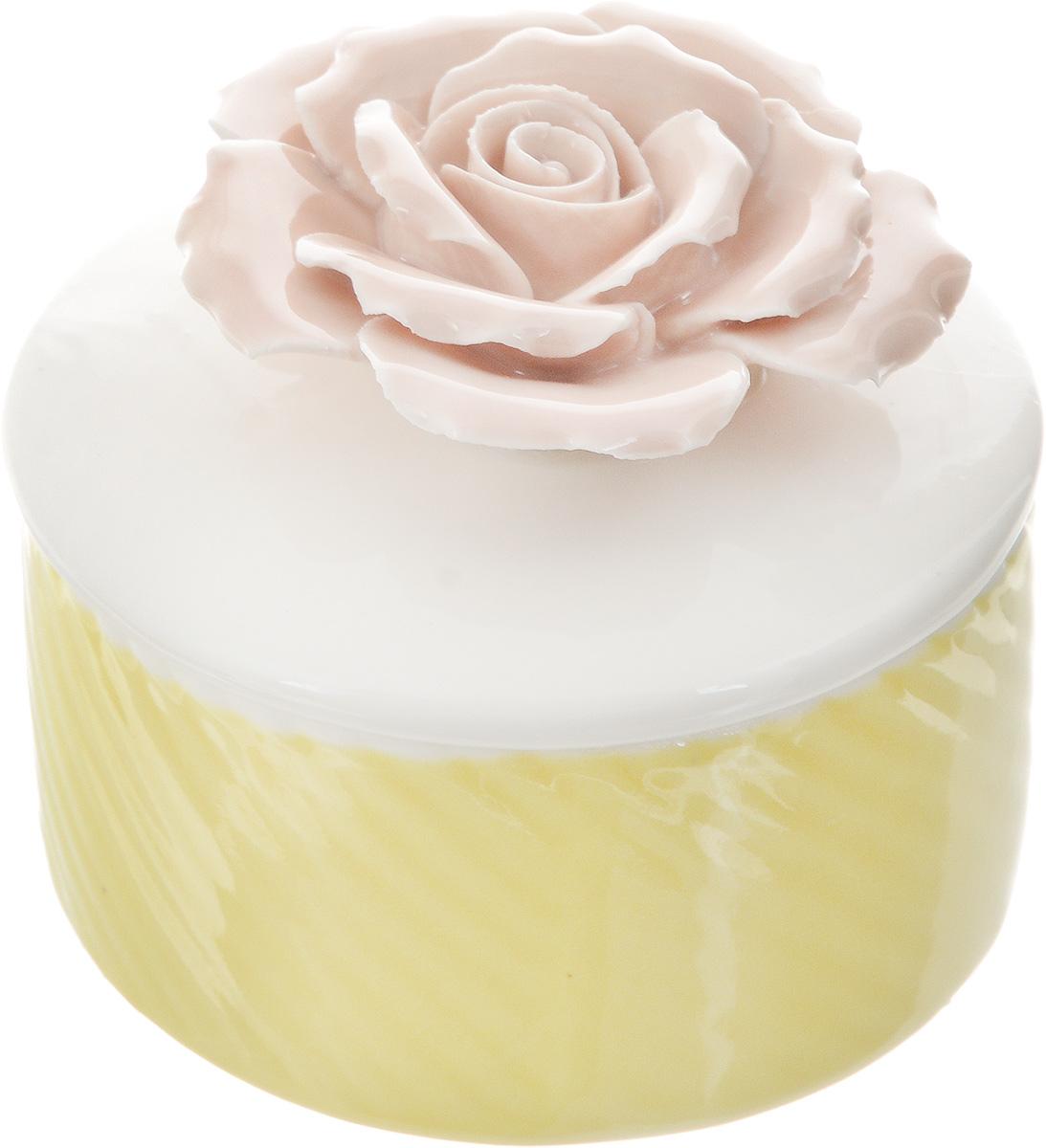 Шкатулка для украшений Феникс-Презент, цвет: желтый, белый, розовый, 7 х 7 х 6,5 см43837Шкатулка Феникс-Презент предназначена для украшений. Изделие изготовлено из фарфора. Крышка шкатулки украшена розой. Вы можете поставить шкатулку в любом месте, где она будет удачно смотреться и радовать глаз. Кроме того - это отличный вариант подарка для ваших близких и друзей. Размер шкатулки: 7 х 7 х 6,5 см.