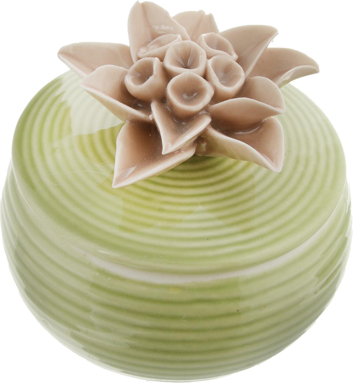 Шкатулка для украшений Феникс-Презент, цвет: зеленый, кофейный, 6,5 х 6 х 6 см43836Шкатулка Феникс-Презент предназначена для хранения украшений. Изделие изготовлено из фарфора. Крышка шкатулки украшена цветком. Вы можете поставить шкатулку в любом месте, где она будет удачно смотреться и радовать глаз. Кроме того - это отличный вариант подарка для ваших близких и друзей. Размер шкатулки: 6,5 х 6 х 6 см.