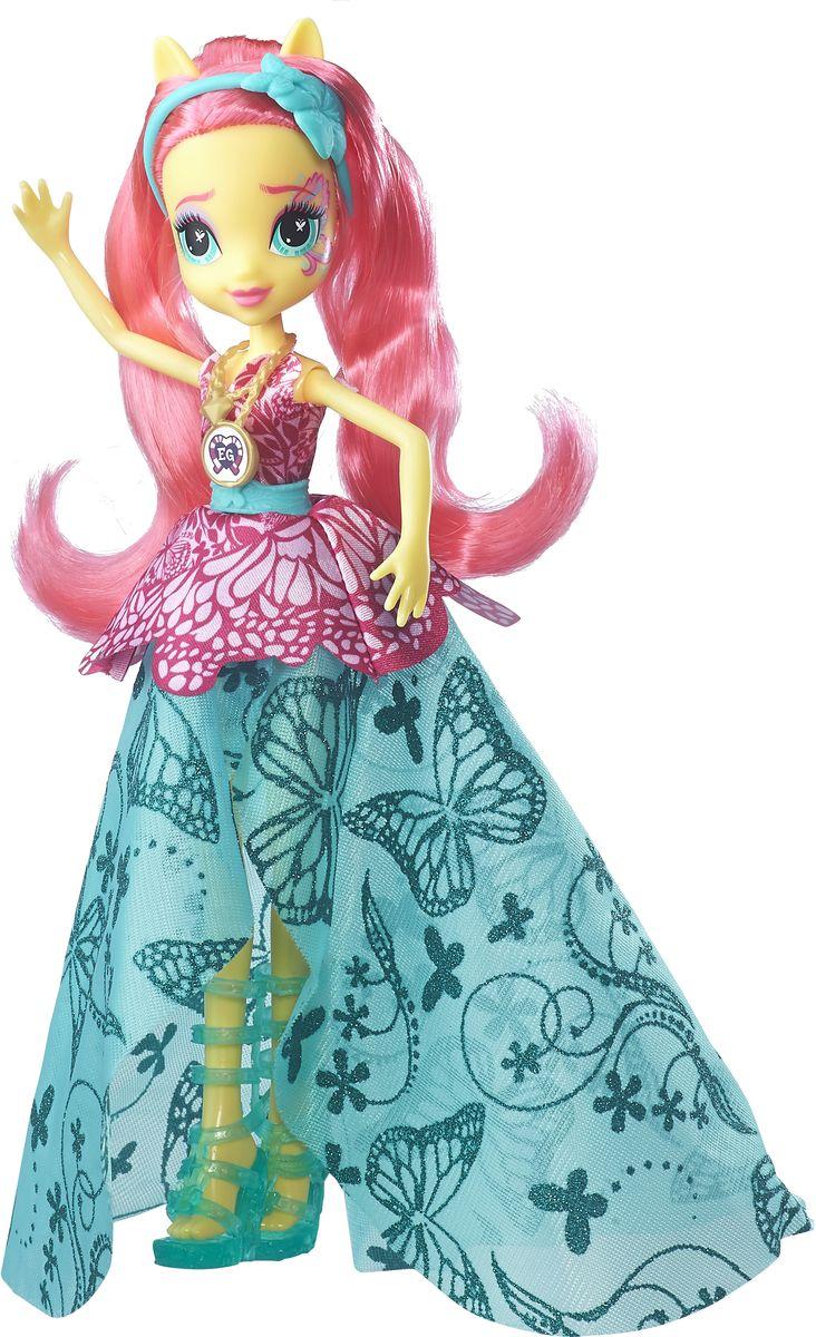 My Little Pony Equestria Girls Кукла Легенда Вечнозеленого леса ФлаттершайB6478Делюкс куклы Рарити, Флаттершай и Глориоса в образах, в которых они появились на Кристальной ночи в мультфильме  Легенда Вечнозеленого леса после спасения лагеря. Цветочные мотивы в дизайн туфель, блестки и венки в волосах создают нежные и прекрасные образы. На каждой кукле нанесен специальный код, отсканировав который своим мобильным устройством, можно разблокировать новые наряды и аксессуары в мобильном приложении MY LITTLE PONY EQUESTRIA GIRLS.