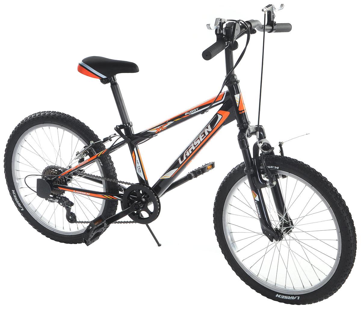 Велосипед Larsen Buggy 20, цвет: черный, оранжевый336229Горный велосипед Larsen Buggy 20 предназначен для юных спортсменов. Велосипед имеет прочную раму и универсальную трансмиссию. Larsen Buggy 20 оснащён передней амортизационной вилкой, которая смягчит неровности дороги. Простой и надежный переключатель Shimano базового уровня, на практике доказавший свою надежность, не подведет в сложной дорожной ситуации. Велосипед имеет 6 скоростей, это оптимальное количество, с которым можно заехать в горку и поддерживать хорошую скорость на ровной дороге. V – образные тормоза простые и эффективные. Они остановят велосипед именно там, где нужно. Регулируемое по высоте и наклону седло и регулируемый по высоте руль позволят подобрать индивидуальную посадку. Велосипед оснащён подножкой для удобной парковки, светоотражателями и крыльями. Вилка: ZOOM BRAVO-327E. Количество скоростей: 6 шт. Размер колес: 20 дюймов. Резина: Wanda P104, 20х2.125. Задний переключатель: Shimano Tourney (RD-TY21). ...