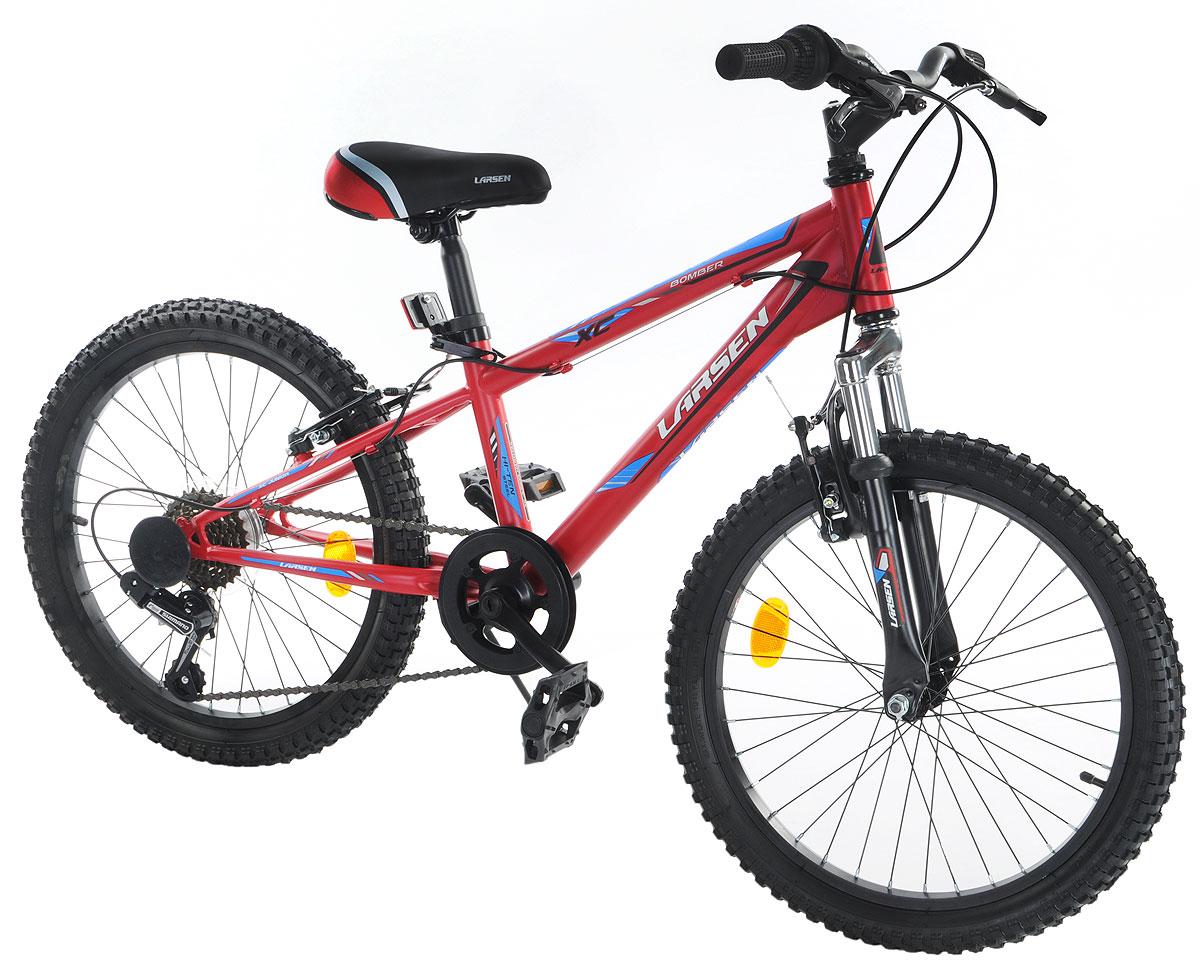 Велосипед Larsen Bomber 20, цвет: красный, голубой337671Горный велосипед Larsen Bomber 20 предназначен для юных спортсменов. Велосипед имеет прочную раму и универсальную трансмиссию. Модель предназначена для езды по пересеченной местности со скоростными участками, спусками и подъемами. Это прекрасный вариант для тех, кто выбирает активный и здоровый образ жизни. Larsen Bomber 20 оснащён передней амортизационной вилкой, которая смягчит неровности дороги. Простой и надежный переключатель Shimano базового уровня, на практике доказавший свою надежность, не подведет в сложной дорожной ситуации. Велосипед имеет 6 скоростей, это оптимальное количество, с которым можно заехать в горку и поддерживать хорошую скорость на ровной дороге. V - образные тормоза простые и эффективные. Они остановят велосипед именно там, где нужно. Регулируемое по высоте и наклону седло и регулируемый по высоте руль позволят подобрать индивидуальную посадку. Велосипед оснащён подножкой для удобной парковки, светоотражателями и крыльями. Вилка: ZOOM...