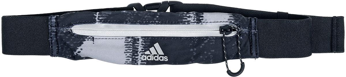 Сумка поясная для бега Adidas Running Graphic Belt, цвет: черный, серыйS96360Сумка Adidas Running Graphic Belt, выполненная из нейлона и эластана, оформлена оригинальным принтом и символикой бренда. Сумка фиксируется на поясе с помощью эластичного ремешка с застежкой-фастекс. Изделие имеет одно отделение на застежке-молнии, в которое удобно положить ключи, деньги и другие мелочи. Изделие оснащено светоотражающими деталями. Такая поясная сумка для бега станет настоящей находкой, как для любителей, так и для профессиональных спортсменов, которые действительно серьезно подходят к экипировке.