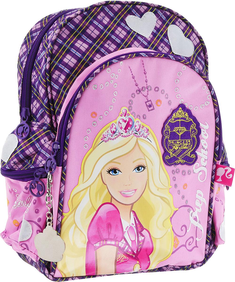 Рюкзак детский Barbie Princess In Progress, цвет: розовый, фиолетовыйBRCS12-11T-346Детский рюкзак Barbie Princess In Progress изготовлен из прочного полиэстера, украшен аппликацией с Barbie и оснащен светоотражательными элементами в форме сердечек. Корпус рюкзака мягкий, спинка и лямки уплотнены поролоном. Для комфортной переноски сверху рюкзак оснащен текстильной ручкой. Изделие имеет одно вместительное отделение. По бокам предусмотрены карманы на застежке- молнии. На лицевой части рюкзака располагается вместительный карман на молнии. Такой рюкзак с Barbie непременно понравится каждой девочке! Его можно брать с собой на прогулку или на учебу.