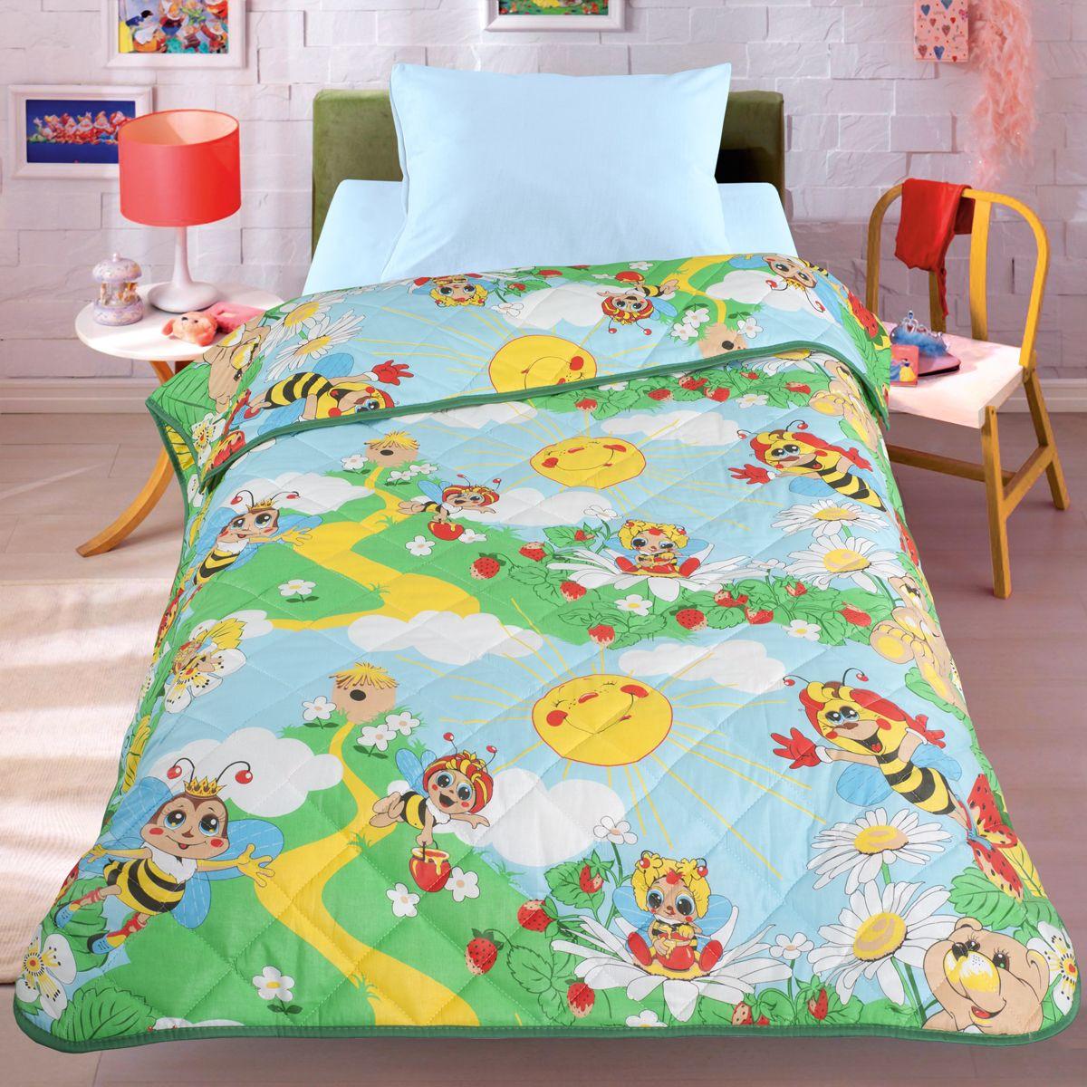 Покрывало-одеяло Letto Пчела, облегченное, цвет: зеленый, 140 x 200 смpchela140Легкое оригинальное покрывало в чехле будет радовать вас и вашего малыша в течение всего года. Сидеть на таком покрывале будет приятно и комфортно - ведь оно выполнено из 100% хлопка. К тому же покрывало можно использовать и как одеяло на детскую кровать. Дизайн двусторонний. Наполнитель - силиконизированное волокно. Вашему ребенку не будет жарко под таким одеялом, а это значит он не будет раскрываться. Оно подлежит машинной стирке при температуре 30 гр., строго на деликатном режиме.