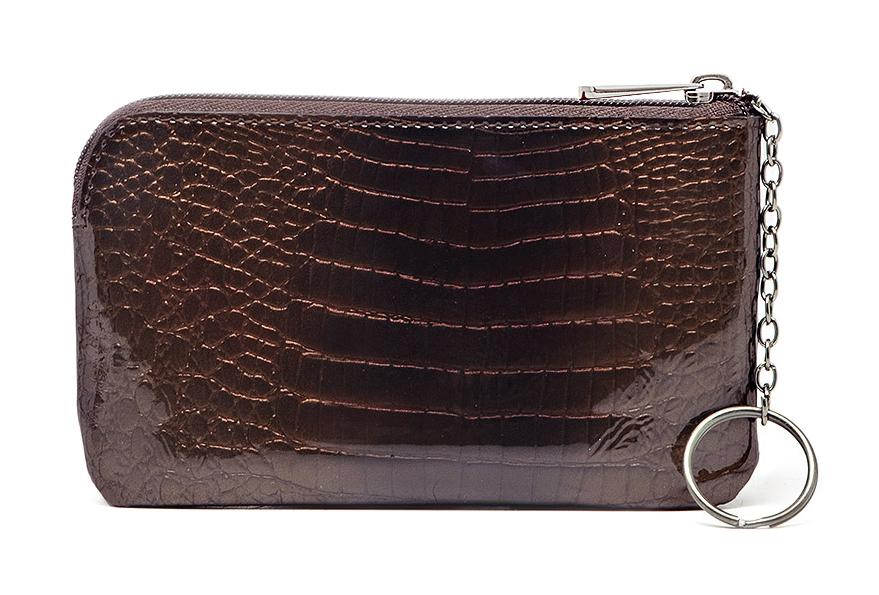 Ключница Malgrado, цвет: коричневый. 50501-0141150501-01411Стильная ключница Malgrado выполнена из натуральной лакированной кожи с декоративным тиснением под рептилию. Изделие закрывается на молнию. Ключница содержит одно отделение с кольцом для ключей, в задней стенке изделие дополнено вшивным карманом на молнии. Изделие поставляется в фирменной упаковке. Такая ключница станет замечательным подарком человеку, ценящему качественные и практичные вещи.