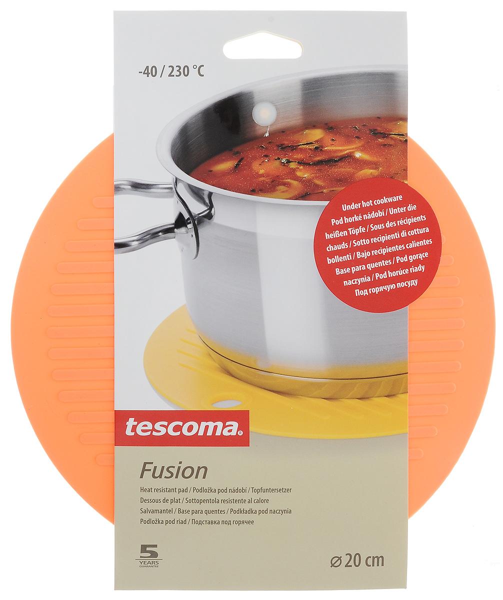 Подставка под горячее Tescoma Fusion, цвет: оранжевый, диаметр 20 см638480_оранжевыйПодставка под горячее Tescoma Fusion изготовлена из первоклассного жароупорного силикона и оснащена специальным отверстием для подвешивания. Материал позволяет выдерживать высокие температуры и не скользит по поверхности стола. Каждая хозяйка знает, что подставка под горячее - это незаменимый и очень полезный аксессуар на каждой кухне. Ваш стол будет не только украшен яркой и оригинальной подставкой, но и сбережен от воздействия высоких температур. Диаметр подставки: 20 см.