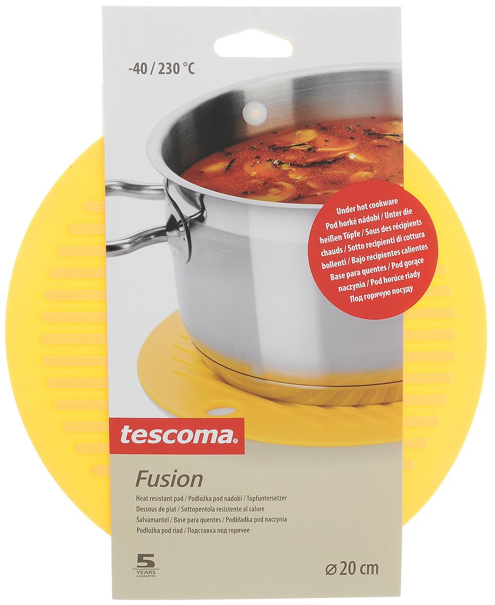 Подставка под горячее Tescoma Fusion, цвет: желтый, диаметр 20 см638480_желтыйПодставка под горячее Tescoma Fusion изготовлена из первоклассного жароупорного силикона и оснащена специальным отверстием для подвешивания. Материал позволяет выдерживать высокие температуры и не скользит по поверхности стола. Каждая хозяйка знает, что подставка под горячее - это незаменимый и очень полезный аксессуар на каждой кухне. Ваш стол будет не только украшен яркой и оригинальной подставкой, но и сбережен от воздействия высоких температур. Диаметр подставки: 20 см.