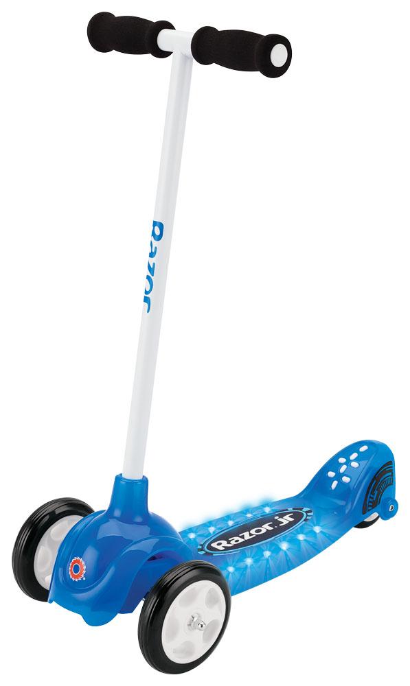 """Самокат трехколесный Razor Lil Tek, цвет: синий084403Детский трехколесный самокат для мальчиков имеет новую запатентованную технологию наклоняй и поворачивай, угол поворота 19,5 грд., что дает самокату хорошую управляемость и улучшенную отзывчивость. Самокат имеет широкую платформу для ног, куда без проблем поместятся сразу пара маленьких ножек. Пульсирующее световое шоу, в виде 12 светодиодов, и яркое оформление самоката, порадует самых маленьких рыцарей! От 2 лет Вес самоката 2,7 кг. Максимальная нагрузка 20 кг. Запатентованная технология """"Tilt-to-Turn"""" Новая и улучшенная трехколесная рама Угол поворота 19,5 градусов Сверкающая и блестящая дека для мальчиков 12 пульсирующих светодиодных лампочек Фиксированный руль высотой от земли 63 см, от деки 57 см. Широкая дека (13 см.) c противоскользящей поверхностью Полезная длина деки 25 см., общая длина самоката 53 см. Дорожный просвет (клиренс) 3 см. Два элемента питания CR2032 (включены в комплект и заменимы) Требуется частичная сборка Гарантия 6 месяцев"""