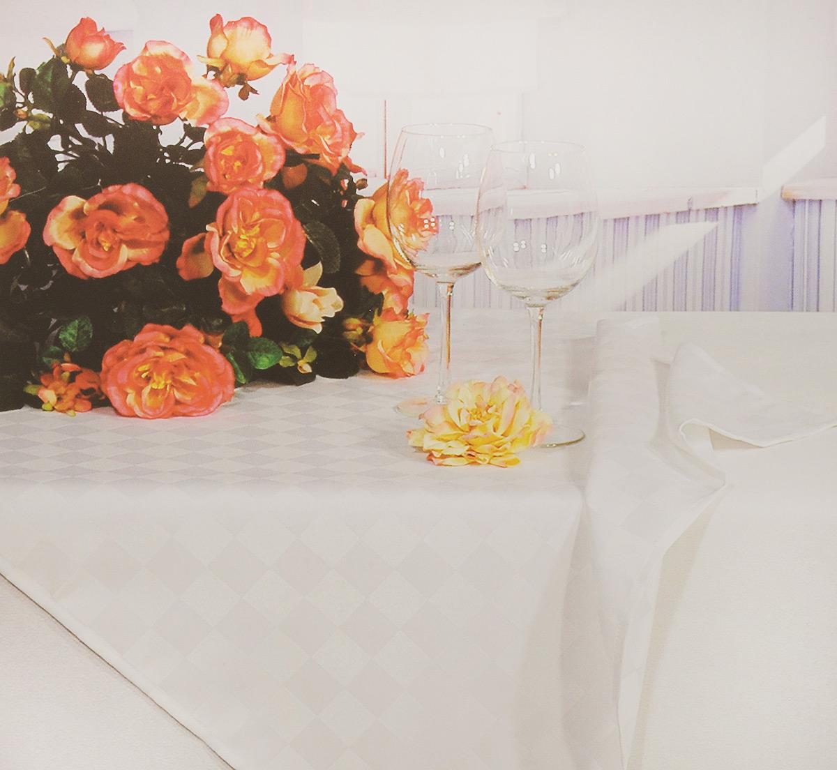 Скатерть Schaefer, прямоугольная, цвет: светло-бежевый, 160 x 220 см. 4169/FB.004169/FB.00 Скатерть, 160*220 смПрямоугольная скатерть Schaefer, выполненная из полиэстера с оригинальным рисунком, станет изысканным украшением кухонного стола. За текстилем из полиэстера очень легко ухаживать: он не мнется, не садится и быстро сохнет, легко стирается, более долговечен, чем текстиль из натуральных волокон. Использование такой скатерти сделает застолье торжественным, поднимет настроение гостей и приятно удивит их вашим изысканным вкусом. Также вы можете использовать эту скатерть для повседневной трапезы, превратив каждый прием пищи в волшебный праздник и веселье. Это текстильное изделие станет изысканным украшением вашего дома!