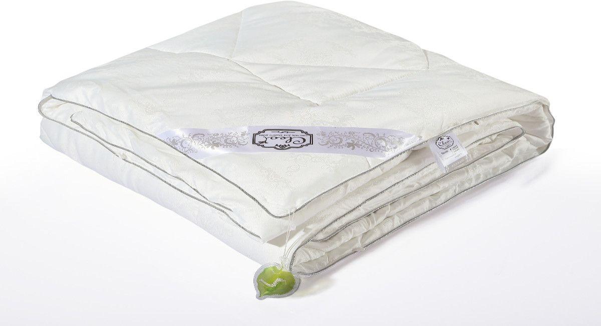 Одеяло Cleo Silk Blanket, наполнитель: шелк, цвет: белый, 172 х 205 см172/350-SBОдеяло Cleo Silk Blanket – прикосновение к роскоши! Коллекция Cleo Silk – это сочетание наполнители из 100% шелка и жаккардовым верхом с уникальной вышивкой из модал. В древности только высшим сословиям было доступно приобретение шелка, т.к. производство шелковой нити было сложным и долгим. Благодаря инновационным технологиям производство шелка стало быстрее и не таким трудоемким. И теперь мы с вами можем прикоснуться к роскоши и неге императоров. Уникальность шелка - гипоаллергенность, в шелковом наполнителе не образуются микроорганизмы и насекомые, в процессе жизнедеятельности которых образуются аллергены. Также шелк препятствует накоплению пыли внутри, что не позволит завестись плесени, грибкам и клещам. Подушки и одеяла Cleo Silk легкие, прекрасно дышат и подарят вам несомненную легкость облаков. Сон – лекарство, и во сне человек должен максимально получать удовольствие, коллекция Cleo Silk – забота о вашем отдыхе.