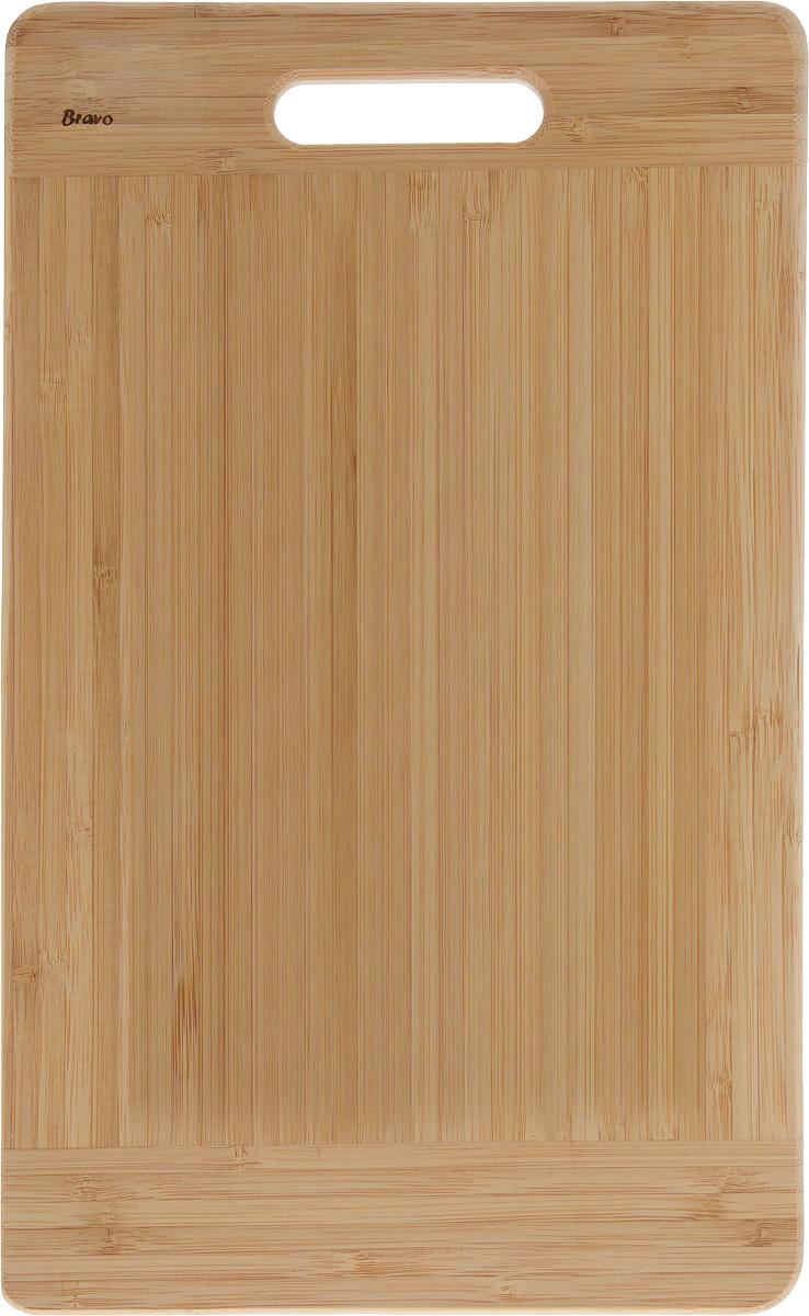 Доска разделочная LarangE От шефа, 38,5 х 24 х 1,8 см624-177Доска разделочная LarangE От шефа изготовлена из качественного бамбука. Доска склеивается в заводских условиях из отдельных распиленных полос. Сочетание склеенных полосок разного цвета в изделии выглядит богато и притягательно. Бамбук обладает плотной и очень твердой структурой (400-700 кг/м3), устойчив к механическим и климатическим воздействиям. Доски из бамбука не рассыхаются и не трескаются, не портятся от мытья в теплой воде, не впитывают влагу и запахи и имеют долгий срок службы. Бамбук - это 100% экологически чистый продукт. Доска разделочная LarangE От шефа станет полезным приобретением для вашей кухни, а также красиво дополнит как современный, так и классический интерьер. Не рекомендуется мыть в посудомоечной машине.