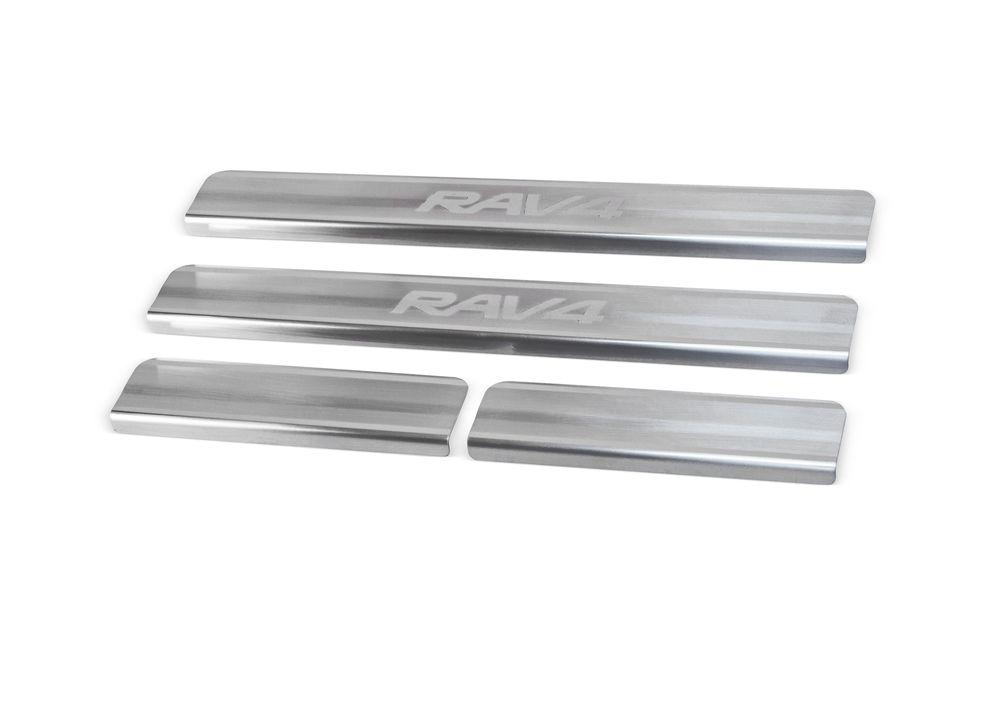 """Накладки на пороги Rival для Toyota RAV4 2013-, 4 штNP.5703.3Накладки на пороги RIVAL Накладки на пороги создают индивидуальный интерьер автомобиля и защищают лакокрасочное покрытие от механических повреждений - Использование высококачественной итальянской нержавеющей стали AISI 304. - Надежная фиксация на автомобиле с помощью """"фирменного"""" скотча 3М. - Устойчивое к истиранию изображение на накладках нанесено методом абразивной полировки. - Идеально повторяют геометрию порогов автомобиля. Уважаемые клиенты! Обращаем ваше внимание, что накладки имеют форму и комплектацию, соответствующую модели данного автомобиля. Фото служит для визуального восприятия товара."""