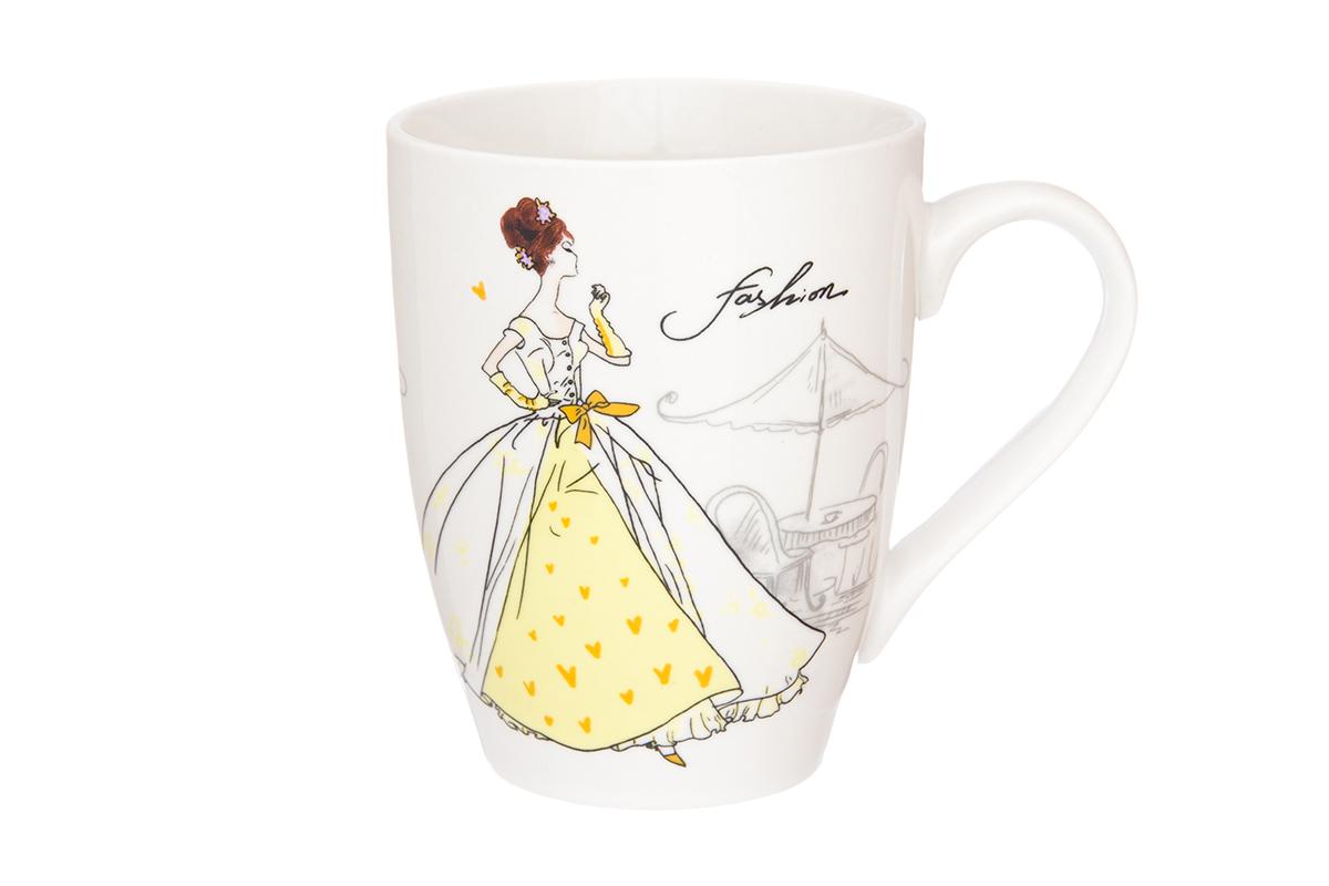 Кружка Elan Gallery Мода ретро, цвет: желтый, 370 мл230025Кружка классической формы объемом 370 мл с удобной ручкой. Подходят для любых горячих и холодных напитков, чая, кофе, какао. Изделие имеет подарочную упаковку, поэтому станет желанным подарком для Ваших близких! Не рекомендуется применять абразивные моющие средства.