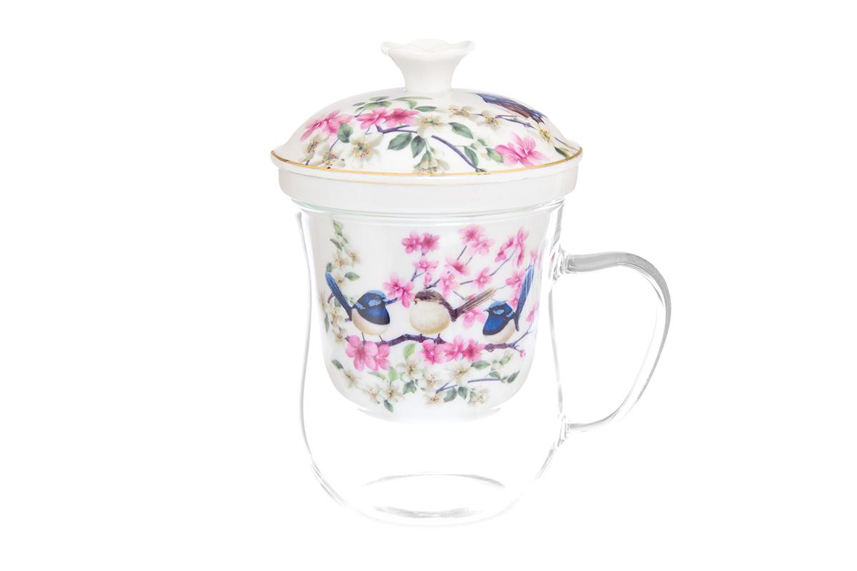 Кружка Elan Gallery New Bone China. Райские птички, с ситом, 400 мл420123Кружка из стекла для заваривания чая. В комплекте кружка, крышка, фарфоровое сито. Изделие имеет подарочную упаковку, поэтому станет желанным подарком для Ваших близких! Не рекомендуется применять абразивные моющие средства.
