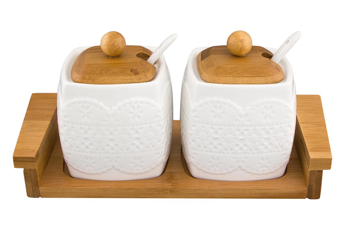 Набор сахарниц Elan Gallery Белое кружево, с ложкой и крышкой, на подставке, 400 мл, 2 шт540136Необычный набор из двух сахарниц объемом 400 мл. с деревянными крышками и подставкой будет уместна в любом интерьере. Лаконичный белый цвет в сочетании с цветом дерева позволяет использовать и в модерне, и в стиле современной классики. Размер 24,5х10х11 см.